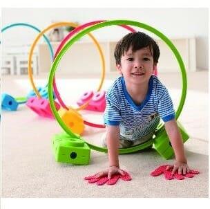 DeMotoriek Set Basis van Weplay biedt laat kinderen spelenderwijs oefenen met klimmen, klauteren, springen en balans. Je maakt in een handomdraai elke dag een ander parcours.